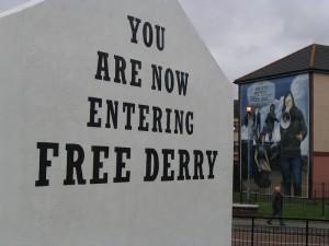 """Und so sieht ein anderes Wandgemälde in Derry aus: Dargestellt ist eine Szene aus einer gewaltlosen Demonstration in Derry, die von der britischen Armee blutig beendet wurde und als """"Bloody Sunday"""" in die Geschichte einging. Foto: Kristina Kühl"""